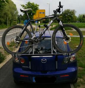 Mazda 3 mit Thule ClipOn High 9106 und einem Rad